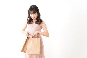 ショッピングをする若い女性の写真素材 [FYI04718966]