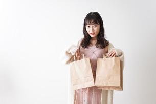 ショッピングをする若い女性の写真素材 [FYI04718967]