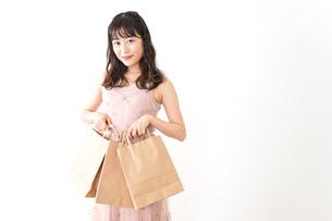 ショッピングをする若い女性の写真素材 [FYI04718968]