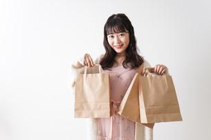 ショッピングをする若い女性の写真素材 [FYI04718969]