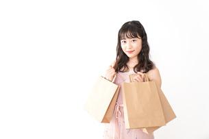 ショッピングをする若い女性の写真素材 [FYI04718970]
