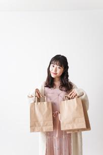 ショッピングをする若い女性の写真素材 [FYI04718971]