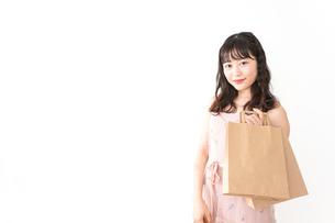 ショッピングをする若い女性の写真素材 [FYI04718972]