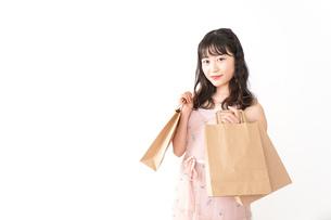 ショッピングをする若い女性の写真素材 [FYI04718973]