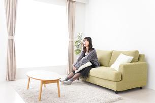 家でリラックスをする若い女性の写真素材 [FYI04718974]