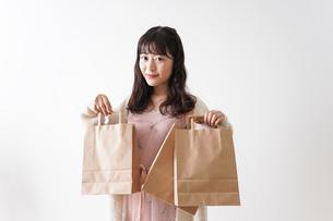 ショッピングをする若い女性の写真素材 [FYI04718975]