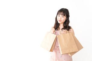 ショッピングをする若い女性の写真素材 [FYI04718976]