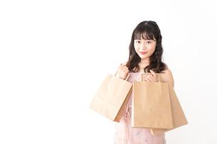 ショッピングをする若い女性の写真素材 [FYI04718977]