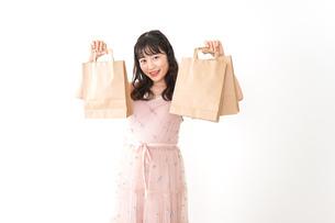 ショッピングをする若い女性の写真素材 [FYI04718978]