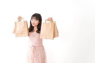 ショッピングをする若い女性の写真素材 [FYI04718979]