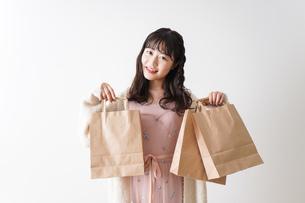 ショッピングをする若い女性の写真素材 [FYI04718980]