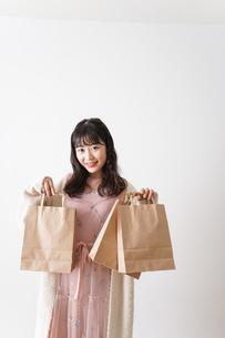 ショッピングをする若い女性の写真素材 [FYI04718981]