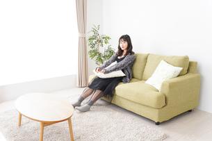 家でリラックスをする若い女性の写真素材 [FYI04718982]
