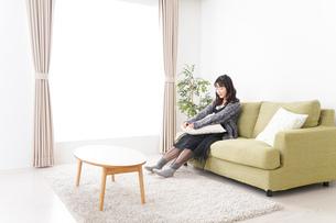 家でリラックスをする若い女性の写真素材 [FYI04718983]