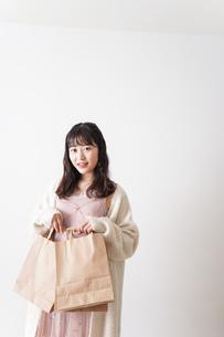 ショッピングをする若い女性の写真素材 [FYI04718984]