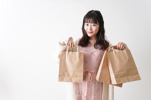 ショッピングをする若い女性の写真素材 [FYI04718985]