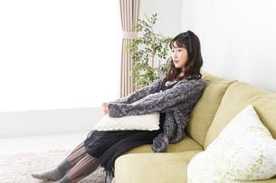 家でリラックスをする若い女性の写真素材 [FYI04718986]