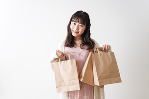ショッピングをする若い女性の写真素材 [FYI04718987]