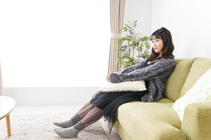 家でリラックスをする若い女性の写真素材 [FYI04718988]