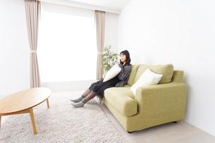 家でリラックスをする若い女性の写真素材 [FYI04718991]