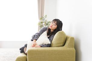 家でリラックスをする若い女性の写真素材 [FYI04718996]
