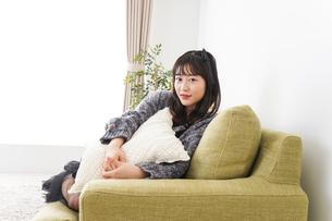 家でリラックスをする若い女性の写真素材 [FYI04719000]