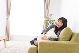 家でリラックスをする若い女性の写真素材 [FYI04719001]