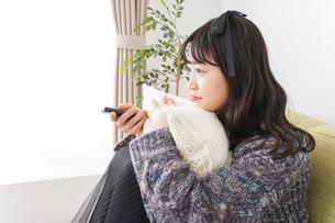 家でテレビを見る若い女性の写真素材 [FYI04719002]