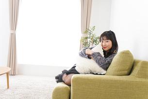 家でリラックスをする若い女性の写真素材 [FYI04719003]
