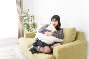 家でリラックスをする若い女性の写真素材 [FYI04719004]