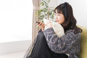 家でテレビを見る若い女性の写真素材 [FYI04719005]
