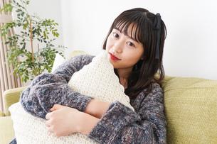 家でリラックスをする若い女性の写真素材 [FYI04719008]