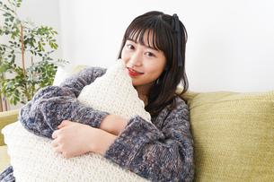 家でリラックスをする若い女性の写真素材 [FYI04719009]