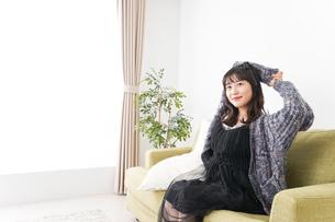 家でリラックスをする若い女性の写真素材 [FYI04719010]