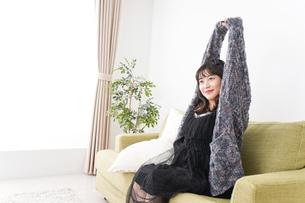 家でリラックスをする若い女性の写真素材 [FYI04719012]