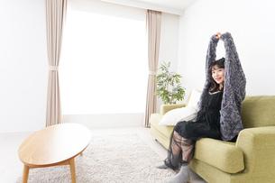 家でリラックスをする若い女性の写真素材 [FYI04719014]