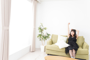 家でリラックスをする若い女性の写真素材 [FYI04719015]