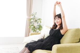 家でリラックスをする若い女性の写真素材 [FYI04719017]