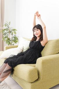 家でリラックスをする若い女性の写真素材 [FYI04719018]