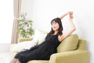 家でリラックスをする若い女性の写真素材 [FYI04719019]