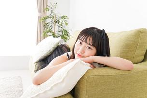 家でリラックスをする若い女性の写真素材 [FYI04719020]