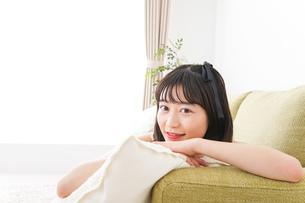 家でリラックスをする若い女性の写真素材 [FYI04719022]