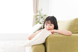 家でリラックスをする若い女性の写真素材 [FYI04719025]