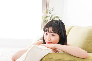 家でリラックスをする若い女性の写真素材 [FYI04719026]