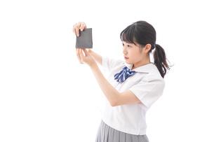 財布を確認する学生の写真素材 [FYI04719109]