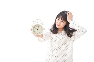 寝坊をする若い女性の写真素材 [FYI04719127]
