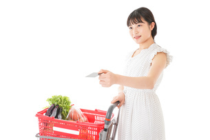 スーパーでキャッシュレス決済をする女性の写真素材 [FYI04719169]