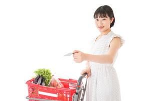 スーパーでキャッシュレス決済をする女性の写真素材 [FYI04719173]