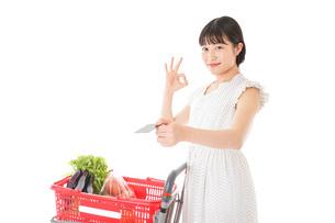 スーパーでキャッシュレス決済をする女性の写真素材 [FYI04719180]