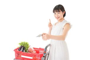 スーパーでキャッシュレス決済をする女性の写真素材 [FYI04719181]